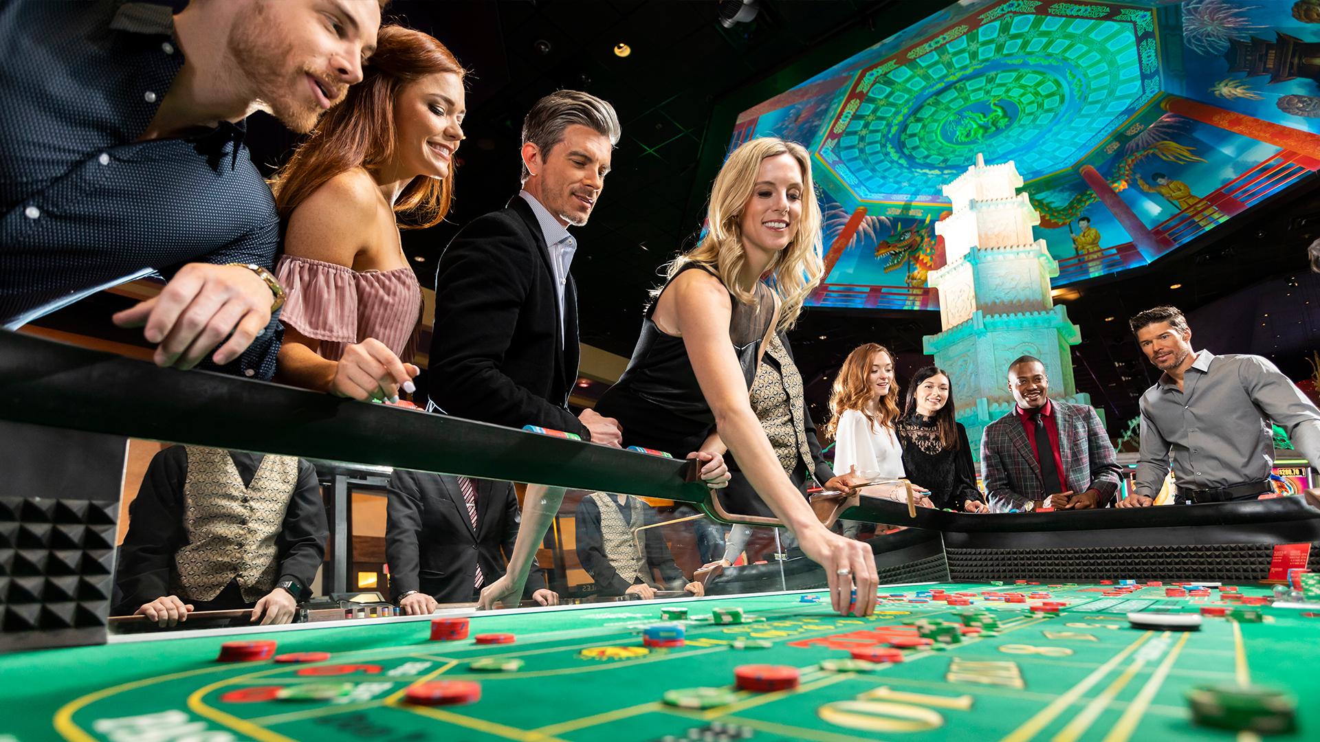 カジノ ギャンブルは世界中で最も人気のある娯楽になり、今ではどこからでもアクセスできます。オンラインカジノは、国のさまざまな地域のプレーヤーをつなげて互いに対戦することにより、デジタルプラットフォームでギャンブルを現実のものにしています。最近、より多くの人々がギャンブルをしています。彼らのほとんどは、自宅の快適さからお気に入りのゲームをプレイしています。デバイスからプレイするオプションはギャンブルを便利にしますが、ゲームをプレイする正しい方法を学ぶ機会をプレイヤーから奪います。 カジノで多くの睨みをつけたくない場合は、陸上のカジノにいるときの行動方法を知っておく必要があります。すべてのカジノゲームには特定の不文律がありますが、オンラインギャンブラーはこれらに気付いていない可能性があります。実店舗のカジノに初めて出かける前に、カジノギャンブルのそのような側面を知っておくことが重要です。カジノでの振る舞い方に関するヒントをいくつかご紹介します。 1.負けても冷静さを保つ あなたはあなたの場所の快適なソファからあなたのデバイスで遊んでいないことを忘れないでください。カジノの騒音はある程度許容されます。損失を処理する方法を知っている限り、カジノから追い出されるリスクはありません。ゲームがあなたに有利になっていないときは、あなたの否定的な感情を伝えないようにしましょう。他のプレイヤーやディーラーを軽視しないでください。最善の方法は、あなたの損失を受け入れて去ることです。ゲームで大金を失うハイローラーでさえ、エチケットに固執しようとします。ゲームが南に進んだ場合は、落ち着いて次の試みを待ちます。このような状況では、叫んだり攻撃的になったりしないでください。 2.テーブルで行動する ほとんどの評判の良いカジノは、テーブルでカジノと飲み物を提供しています。あなたが取る食べ物を乱雑にしないようにしてください。あなたのテーブルマナーはここで使われるようになります。また、他のプレイヤーやディーラーの邪魔になる可能性があるため、テーブルの上に大きな物を置かないでください。テーブルが混雑している場合は、他の訪問者に遊ばせてください。他人のギャンブル体験に煩わされないでください。 3.カジノのポリシーを尊重する すべてのカジノで、ゲームをプレイしながらモバイルデバイスを使用できるわけではありません。また、カジノで写真をクリックすることは許可されていない場合があります。施設に向かう前に、カジノの方針を確認してください。ポリシーに準拠するために、カジノ当局からの要請に備えておく必要があります。 4.スタッフと他のプレイヤーを上手に扱う あなたは単にカジノの顧客です。つまり、あなたにはろれつが回らない、または叫ぶ権限がありません。カジノ内の他のすべての人の個々のスペースを尊重します。それは他のプレイヤーであろうとスタッフであろうと。カジノで出会うすべての人に礼儀正しくしてください。